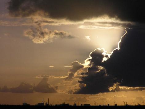 http://www.bizzbook.com/hamnen/bilder/horisont/solBakomMoln.jpg